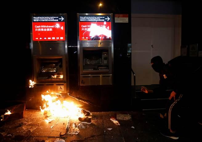 香港匯豐銀行在元旦示威中許多設施遭破壞,並有人在櫃員機縱火,警方因而發射水砲驅散並逮捕數人。(圖/路透)