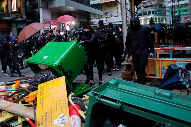 香港2020元旦示威仍延續去年抗爭手法,以雜物與垃圾堵路,破壞交通設施。(圖/路透)