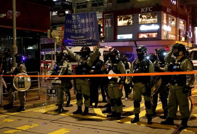 香港反送中抗爭出現破壞與堵路行動,港警開始發射催淚彈與水砲,並舉藍旗警告。(圖/路透)