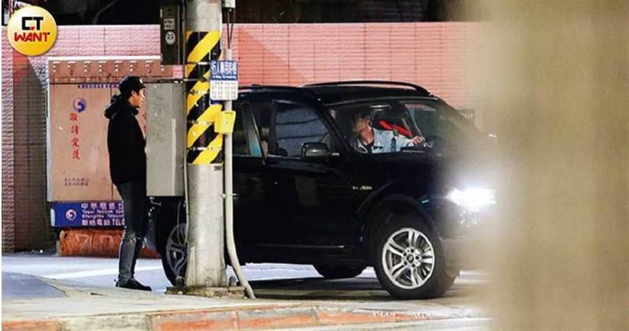 車開到一半,賀軍翔突然下車對車內發比手畫腳發牢騷。(圖/本刊攝影組)