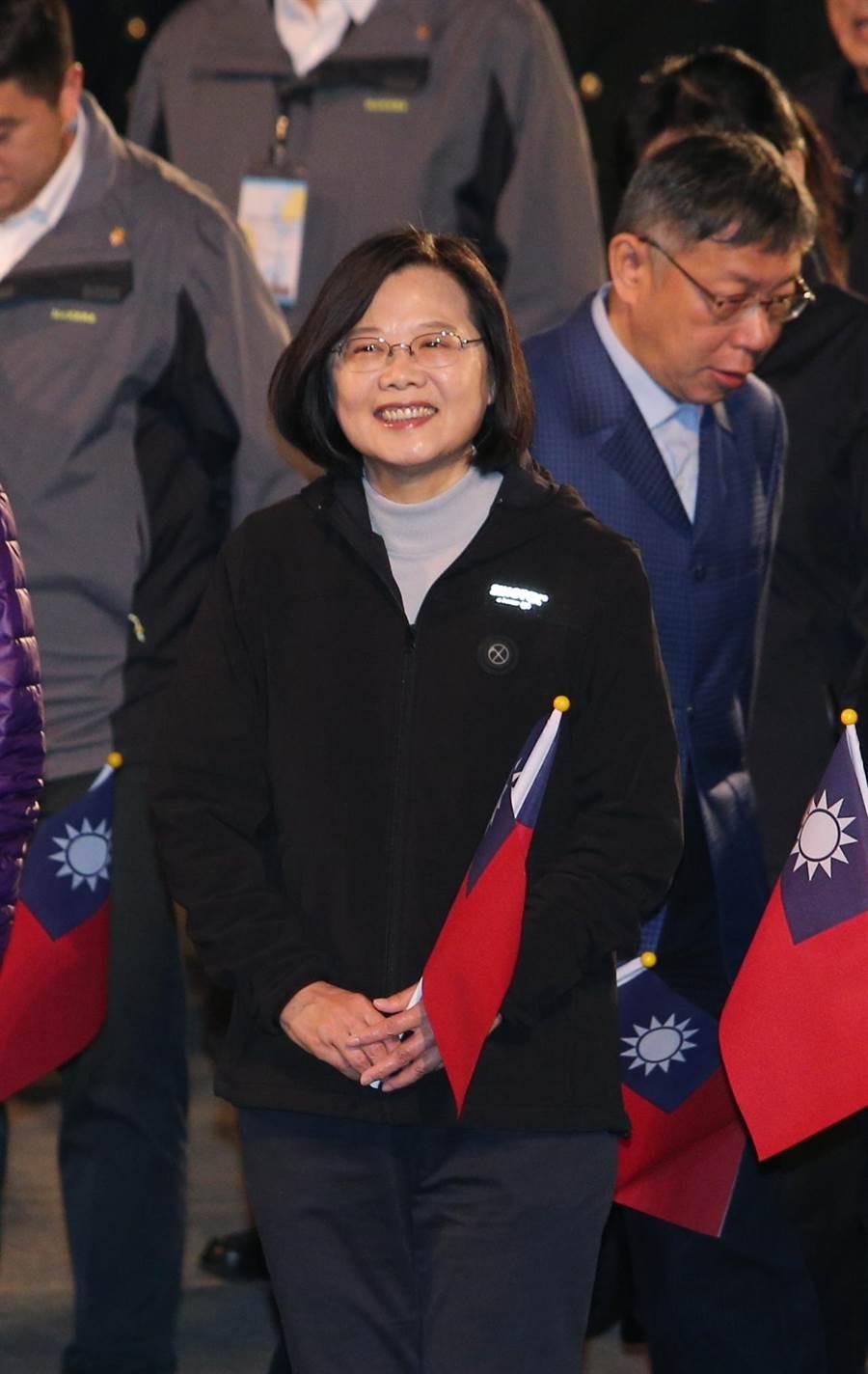 蔡英文總統(前)與台北市長柯文哲(後)同場零互動。(黃世麒攝)