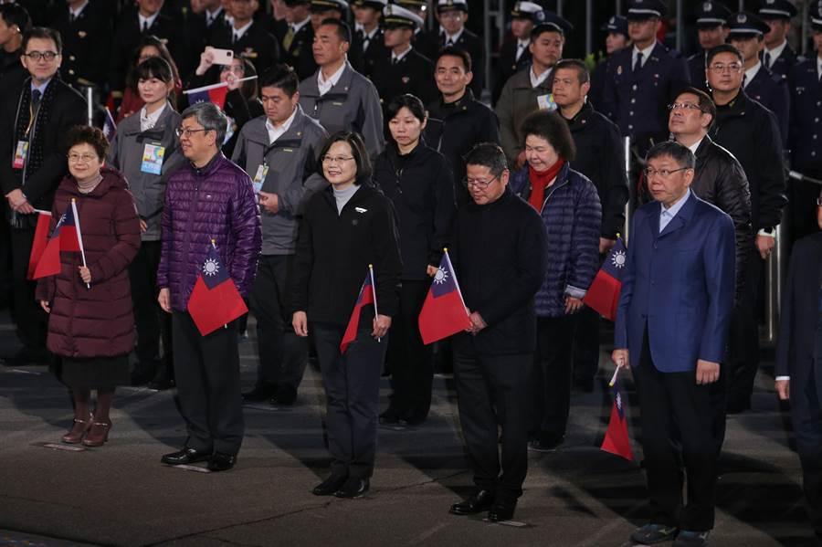 蔡英文總統(前排中)、台北市長柯文哲(前排右一)、總統府祕書長陳菊(第二排右一)同台零互動。(黃世麒攝)