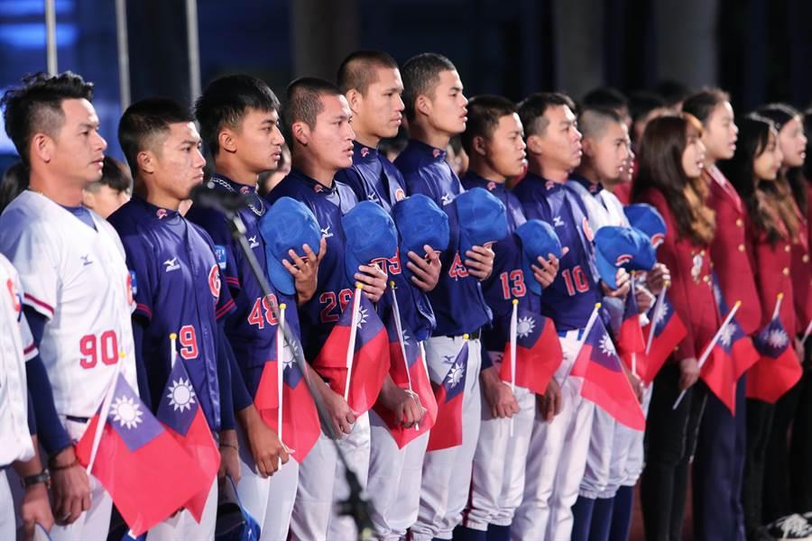 今年元旦升旗國歌,由第一線防疫人員、中華棒球代表隊及扶輪社交換生一同領唱。(黃世麒攝)
