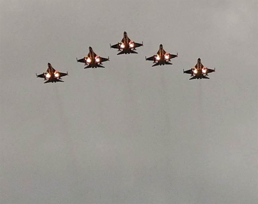 台灣本島第一道曙光在墾丁龍磐公園現蹤,屏縣府首度邀請IDF戰機衝場,從遊客頭頂呼嘯而過,讓大家興奮歡呼。(潘建志攝)