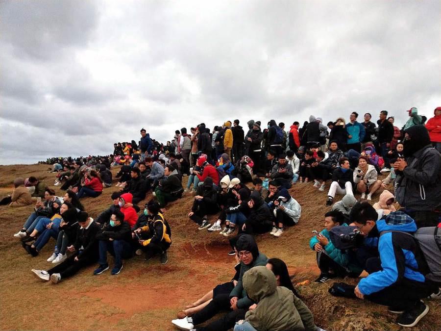 台灣本島第一道曙光在墾丁龍磐公園現蹤,現場擠進了上萬名遊客。(潘建志攝)
