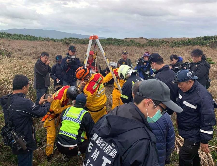 台灣本島第一道曙光在墾丁龍磐公園現蹤,1名大二男學生不慎掉落10公尺深的珊瑚礁洞裡,警消人員將他救起,所幸並無大礙。(翻攝畫面/潘建志屏東傳真)