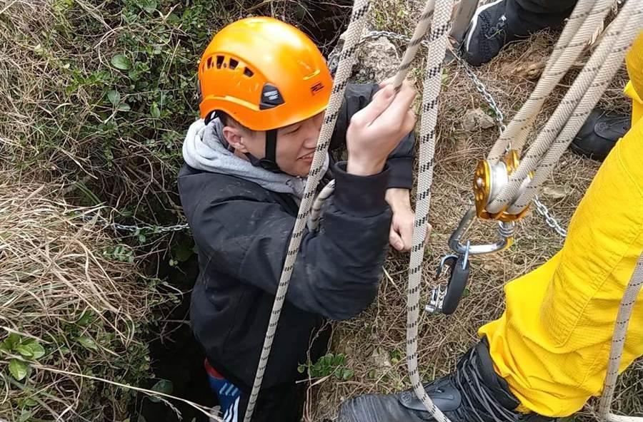 台灣本島第一道曙光在墾丁龍磐公園現蹤,1名大二男學生不慎掉落10公尺深的珊瑚礁洞裡,警消人員將他救起,所幸並無大礙。(潘建志攝)