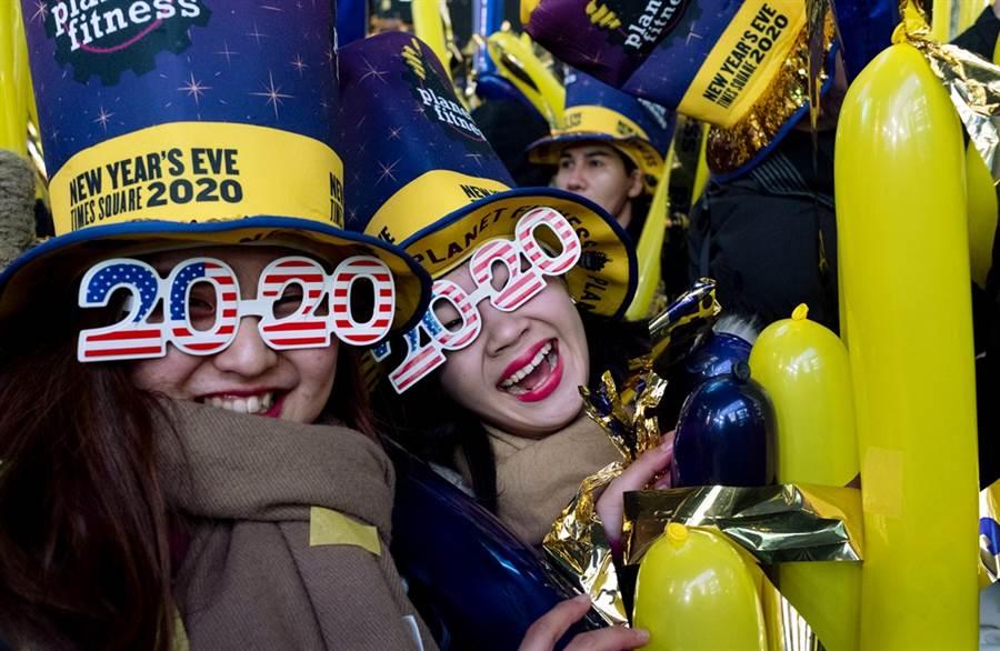 民眾在紐約時代廣場開心期待2020年到來。(圖/美聯社)