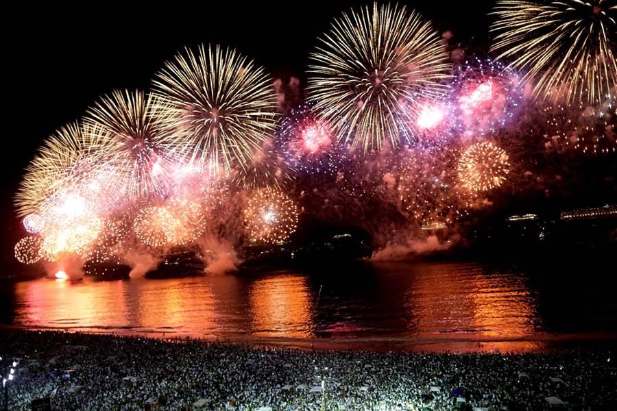 巴西里約熱內盧柯帕加巴納海灘(Copacabana Beach)煙火秀。(圖/路透社)