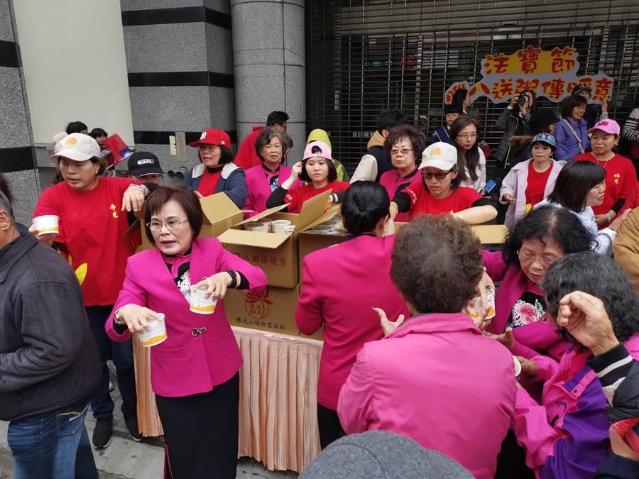 頭份宏法社慶祝法寶節臘八送粥傳暖意活動,分送臘八粥給在場老幼。〔謝明俊攝〕