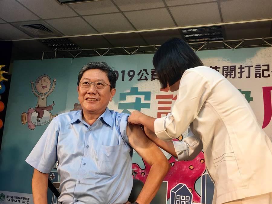 第三階段流感疫苗開打,50歲以上成人、孕婦、6個月內嬰兒的父母、長照機構入住者及工作人員等,即起可受惠。(林周義攝)