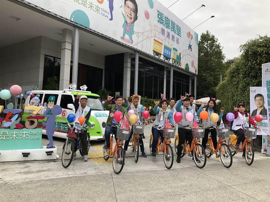 2020年元旦一早,台中市立委第四選區民進黨候選人張廖萬堅率熱血青年軍及助理們組成「堅持車隊」,從競選總部出發騎單車掃街拜票。(盧金足攝)