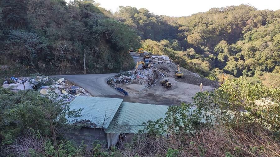 竹東掩埋場堆置約6382公噸的垃圾山,經環保局積極清運後幾已剷平。(縣府提供/羅浚濱新竹傳真)