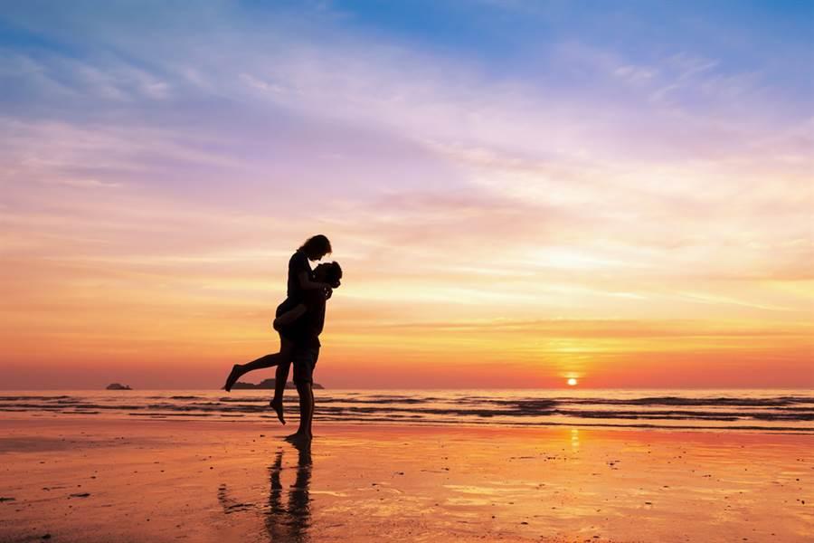 情侶愛意忍不住!沙灘激戰下場慘(示意圖/達志影像)