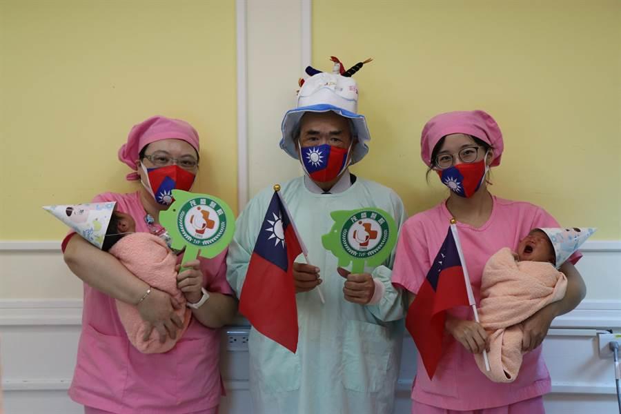 茂盛醫院準備台灣造型大蛋糕,醫護人員手拿小國旗,與元旦寶寶一同慶生。(翻攝照片/張妍溱台中傳真)