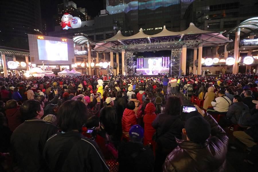 2020開年第1天,新北市政府前「新北歌廳秀」晚間6時盛大登場。(戴上容攝)