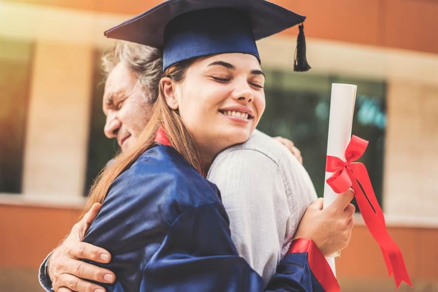 抱女兒拍畢業照 18年對比曝網震撼(示意圖/達志影像)