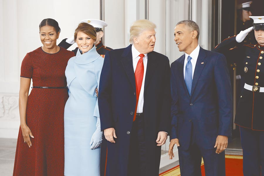 蓋洛普民調顯示,美國總統川普首度擠進年度最受景仰男性榜首,與連續12年排名第一的前總統歐巴馬打成平手。圖為2017年1月20日,川普宣誓就職後,與卸任總統的歐巴馬話別。(美聯社)