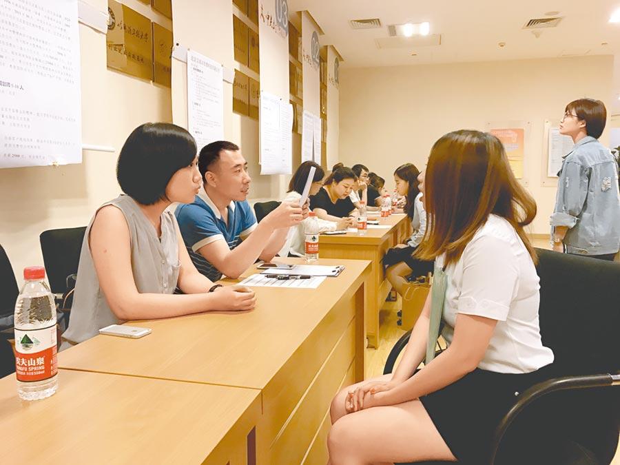 《反滲透法》通過,衝擊往來兩岸的台商、台生。圖為北京中關村舉行台生就業實習推介會。(中新社)