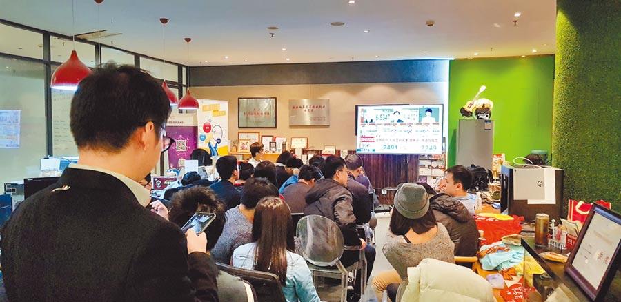 2018年11月24日,無法返台投票的台灣青年在北京中關村創業公社收看中天電視的即時轉播。(本報系資料照片)