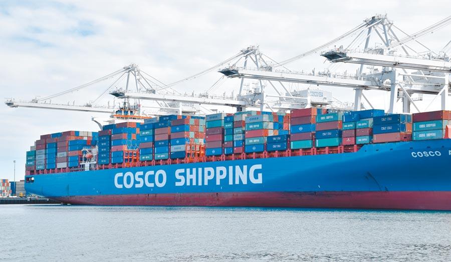 一艘中國遠洋運輸集團(cosco)的貨輪停靠美國加州長灘港。(新華社資料照片)