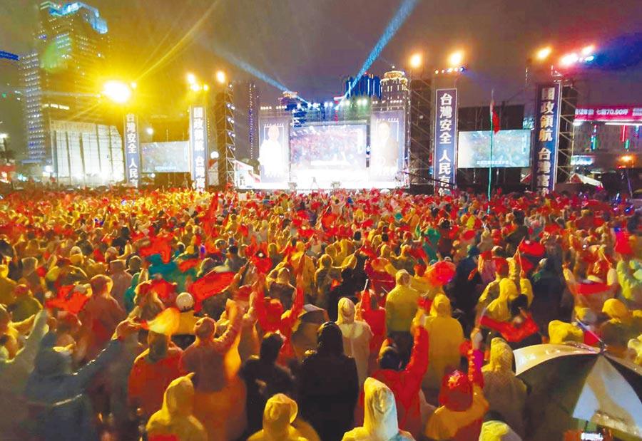 國民黨總統候選人韓國瑜2019年12月29日在台中市舉辦造勢晚會,鋼鐵韓粉不畏風雨30萬大軍力挺韓國瑜進軍總統府。(黃國峰攝)