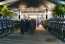 部長率儀隊三總迎靈 總統弔唁後靈堂將移至三軍軍官俱樂部