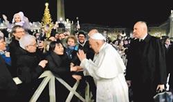 女信眾強拉 教宗動手後道歉