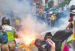 港再示威遊行 入夜焚燒銀行