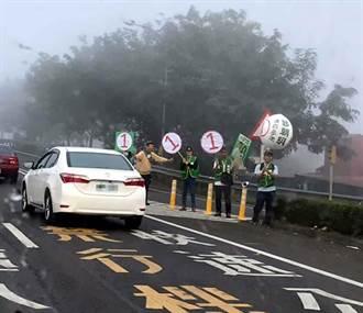 太危險!候選人八八快速道路上拜票 警依法開罰