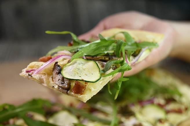 〈The Leaf〉除了可嘗到義大風味的Pizza,也可以吃到皮薄而脆並用櫛瓜、芝麻葉、香菇、培根與酸奶作topping的〈阿爾薩斯薄餅〉。(圖/姚舜)