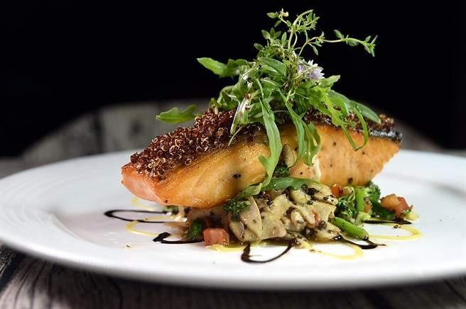 〈The Leaf〉的〈藜麥鮭魚排〉,是將油脂豐富的鮭魚先sous-vide後再香煎,並用蜂蜜芥末醬和巴薩米哥酒醋提味,試營運期間是女性客人最愛。(圖/姚舜)