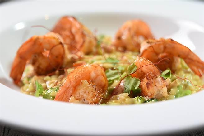 〈The Leaf〉菜單上亦有東西融合菜式,如〈南洋薑黃椰奶鮮蝦燉飯〉就在傳統義式燉飯中加了以南洋香料提味。(圖/姚舜)