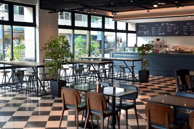開在內湖陽光街的〈The Leaf Bistro〉餐廳採光很好,且面對瑞光公園的大草坪。(圖/姚舜)
