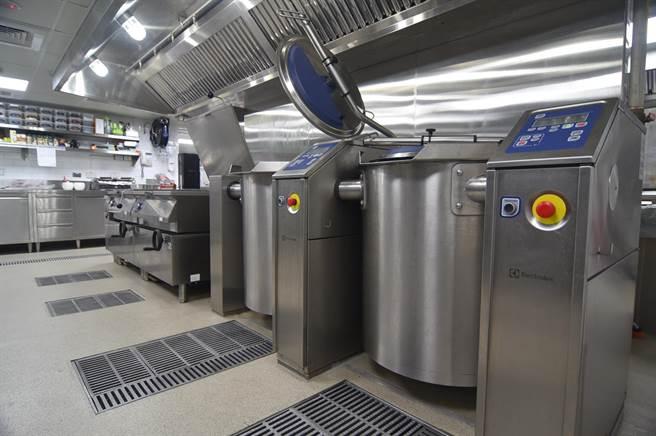 〈The Leaf Bistro〉的廚房占地350坪,類似生產機上餐食的中央廚房,可以生產各式食物與醬汁頭高湯。(圖/姚舜)