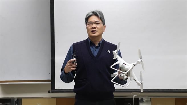 葉惠中教授拿著遙控空拍機教授遙測學,給學生實際操作。(Campus編輯室攝)