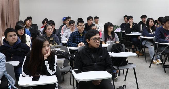 除了遙測操作空拍機,學生也專注於學習區域計畫的知識。(Campus編輯室攝)