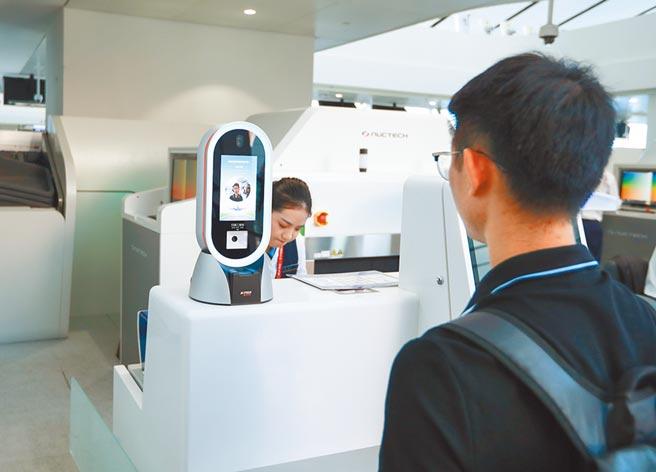 9月25日北京大興國際機場,旅客在候機樓用人臉識別值機。(中新社)
