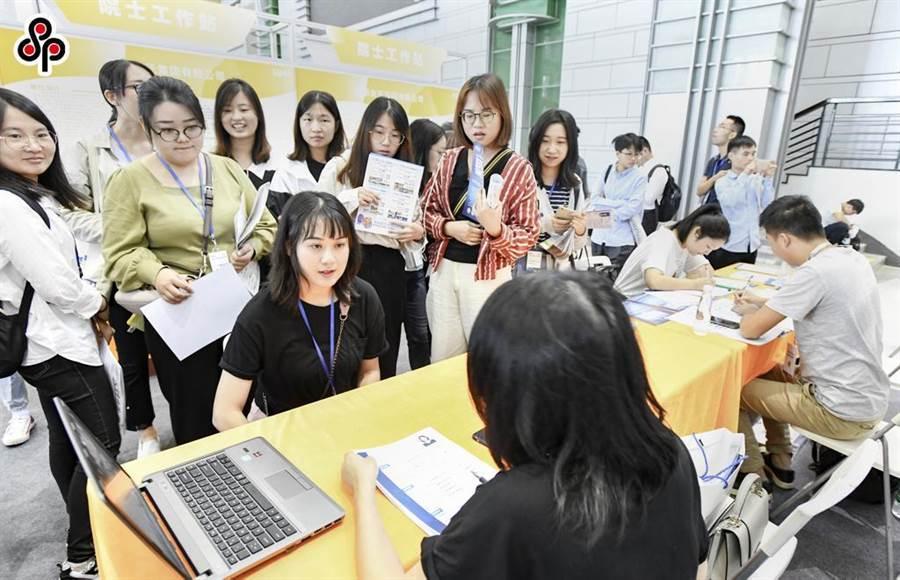 圖為去年9月浙江‧寧波人才科技周開幕,舉辦全面整合海外留學人才創業行等活動,求職者正與招聘企業面談。(中新社)