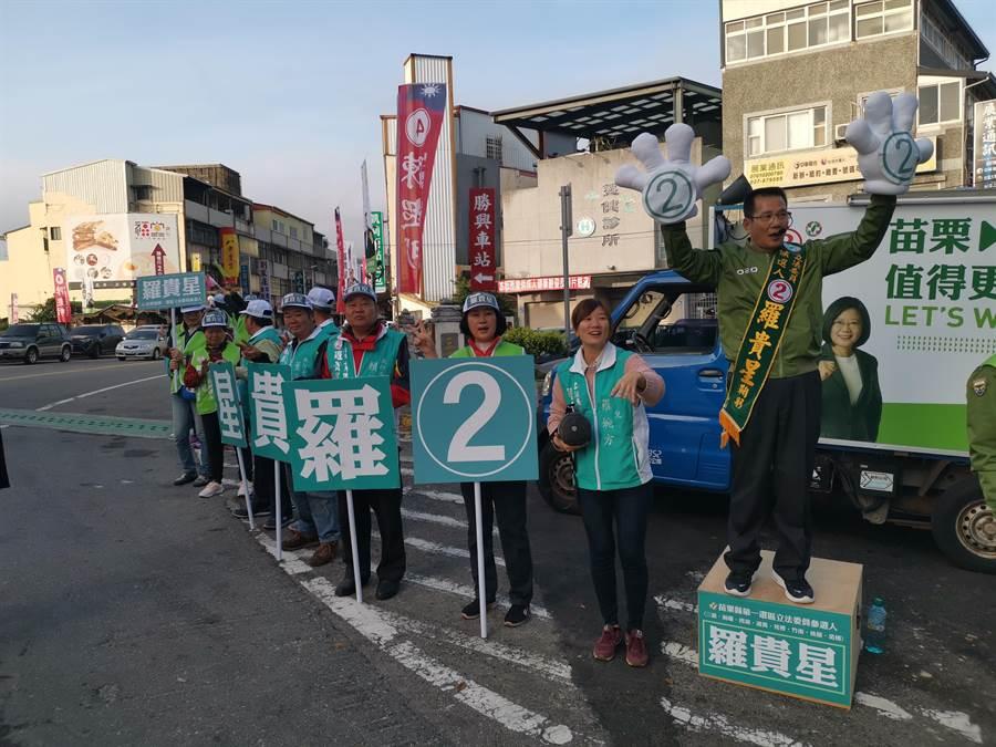 苗栗縣民進黨立委候選人羅貴星2日一早就在三義市場路口拜票。〔謝明俊攝〕