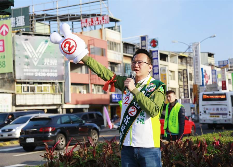 配合民進黨全國同步站路口拜票,台中市第五選區綠營立委候選人莊競程2日上午在北屯路和進化路口向民眾揮手拜票。(翻攝照片/張妍溱台中傳真)