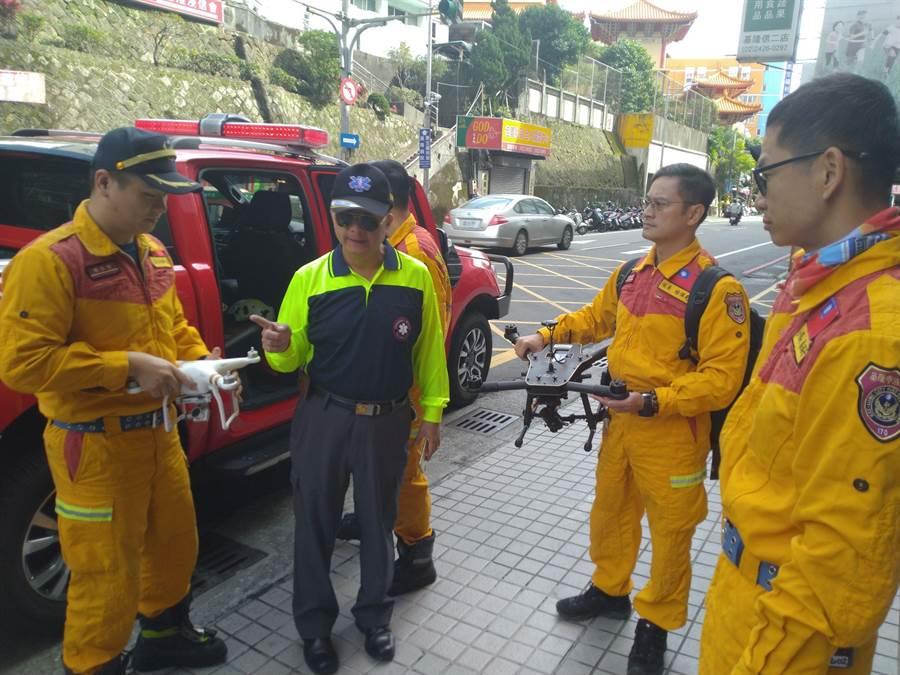 基隆是消防局特搜隊,準備前往松山機場投入救援。(許家寧攝)