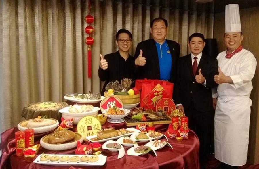 翰品酒店總經理林俊宇(右二)、高雄市海洋局長趙紹廉(左二)及「魚社長」養殖業者代表(左一)共同代言,推出「龍虎斑味噌燒」新菜。(圖/業者提供)
