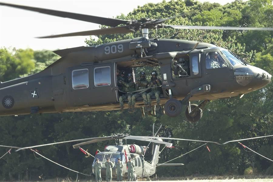 去年10月30日成軍的UH-60M黑鷹多用途直升機(上),取代了在台灣服役近半個世紀的UH-1H通用運輸直升機(下)。圖為台中龍翔基地的成軍與接替儀式。(圖/黃子明攝)