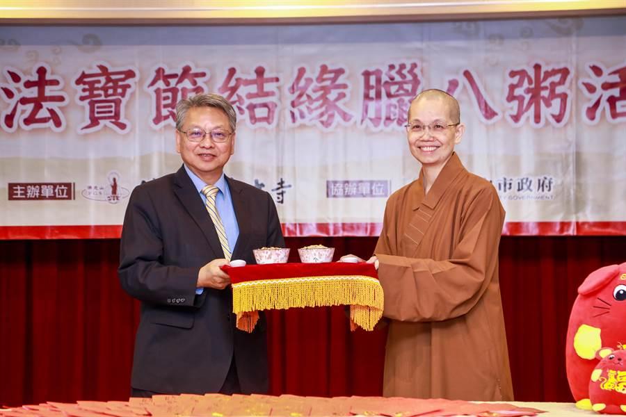 副市長令狐榮達(左)感謝惠中寺透過贈送臘八粥傳遞佛陀包容、和諧及慈悲的精神,對市府同仁是非常大的鼓勵。(陳世宗攝)