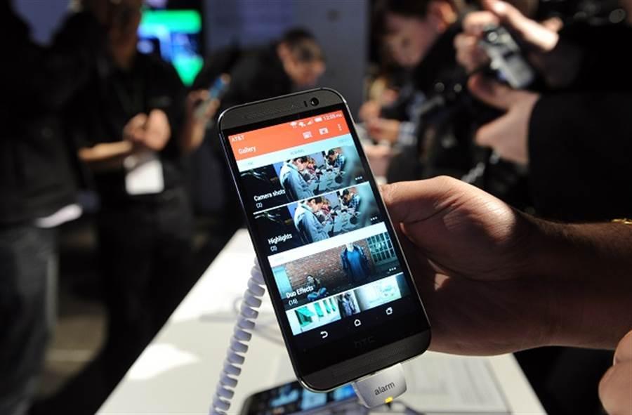 HTC One M8被外媒評選為過去十年最佳手機。(美聯社資料照)