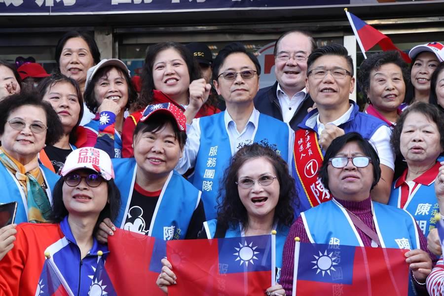 國民黨副總統候選人張善政今(2)日來到新莊輔選陳明義,大批支持者揮舞國旗歡迎。(吳亮賢攝)