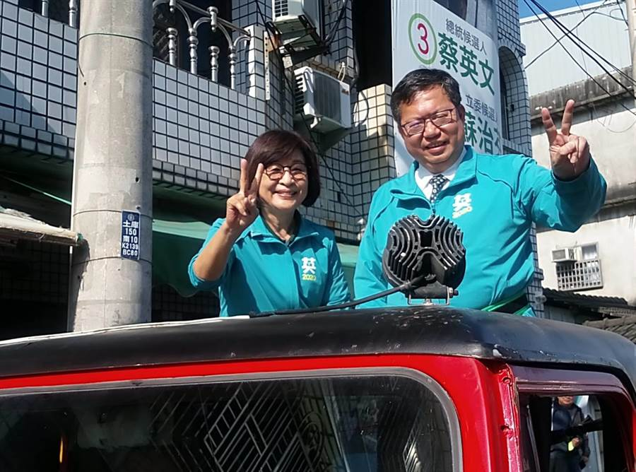 桃園市長鄭文燦(左)下午陪同民進黨雲林第一選區蘇治芬在土庫車隊掃街。(許素惠攝)