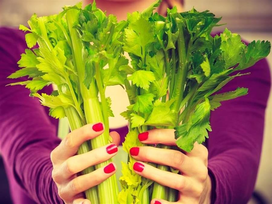 芹菜中含有多種能降血壓的營養素,更有「降壓佳蔬」的超強封號!(圖/達志影像)