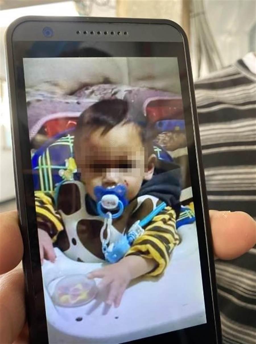 10月男嬰疑遭生母和男友人虐死,陳姓生父控訴兒子生前臉上就有菸疤。(蔡依珍攝)